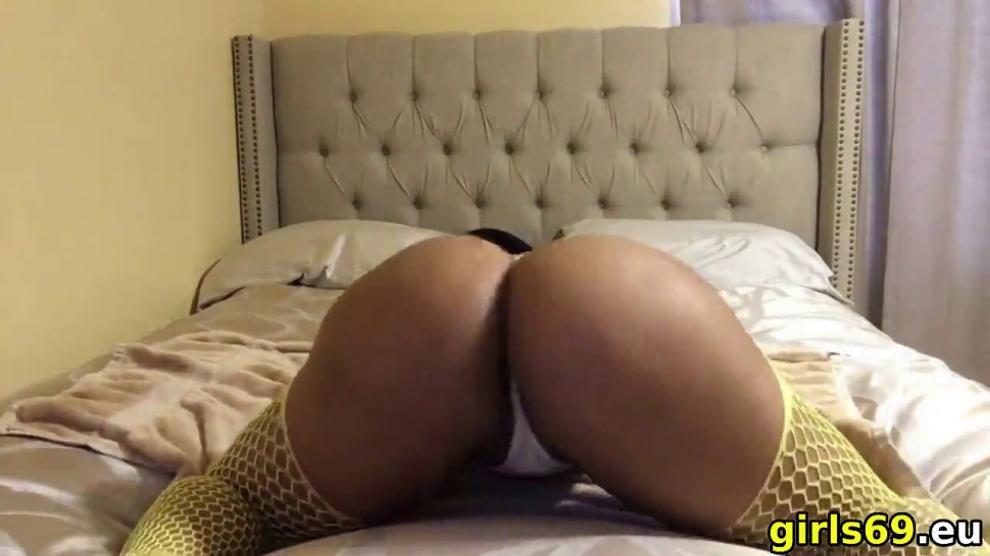 horny ebony loves twerking on webcam
