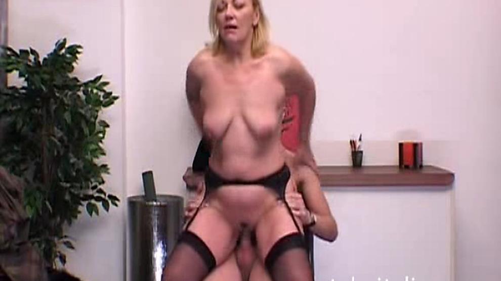 Pas de son: femme italienne aux gros seins Tettona