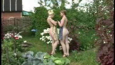 Nackt im garten videos