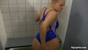 Schwimmbad gefickt im Geile MILF